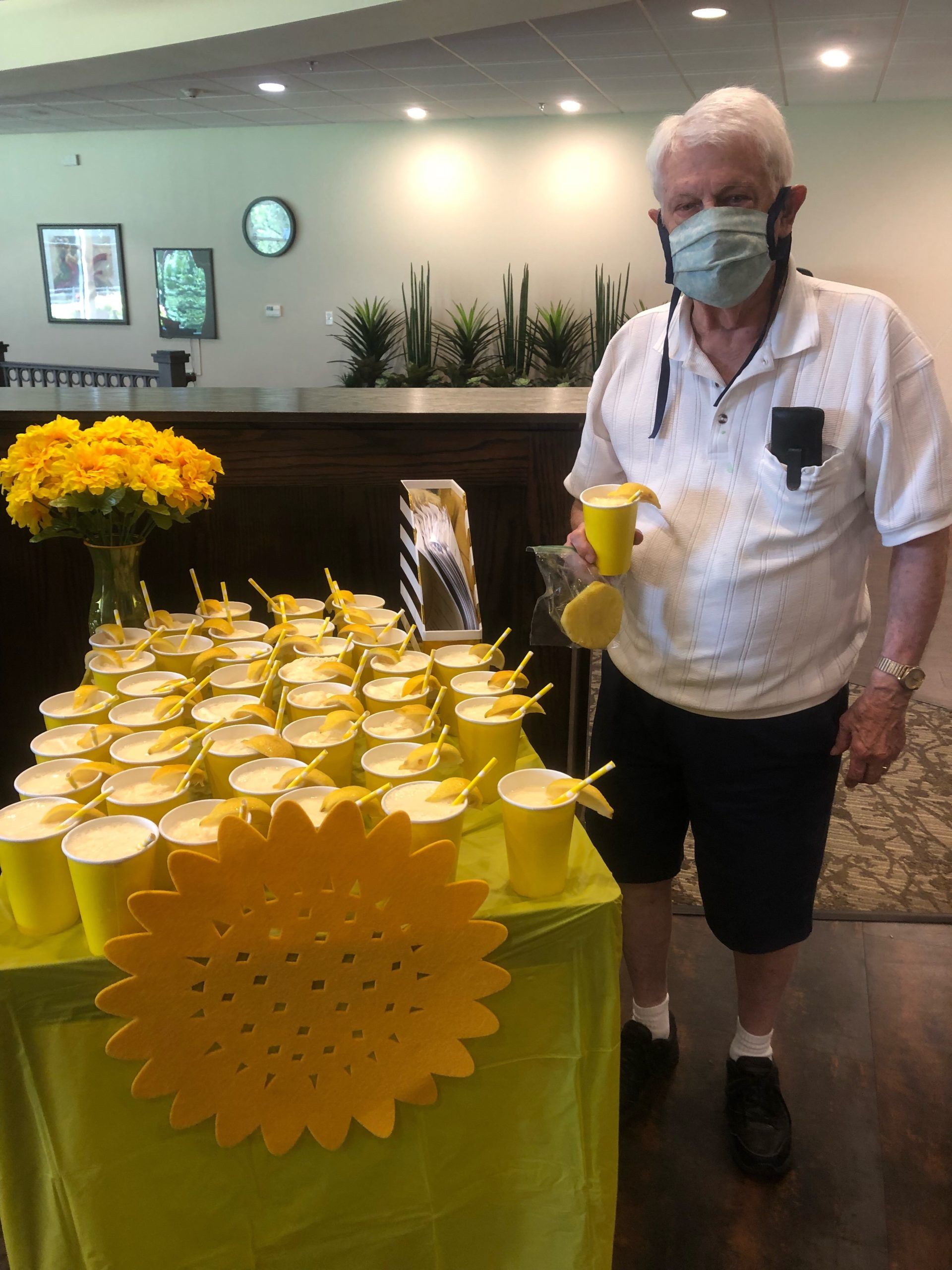 Lou is visited by a weekly surprise cart that had a Sunshine Theme! Residents were treated to Lemonade Frostys, Fresh Pineapple, Lemon Cake, Snickerdoodle Cookies, and Fun Sunshine Songs!