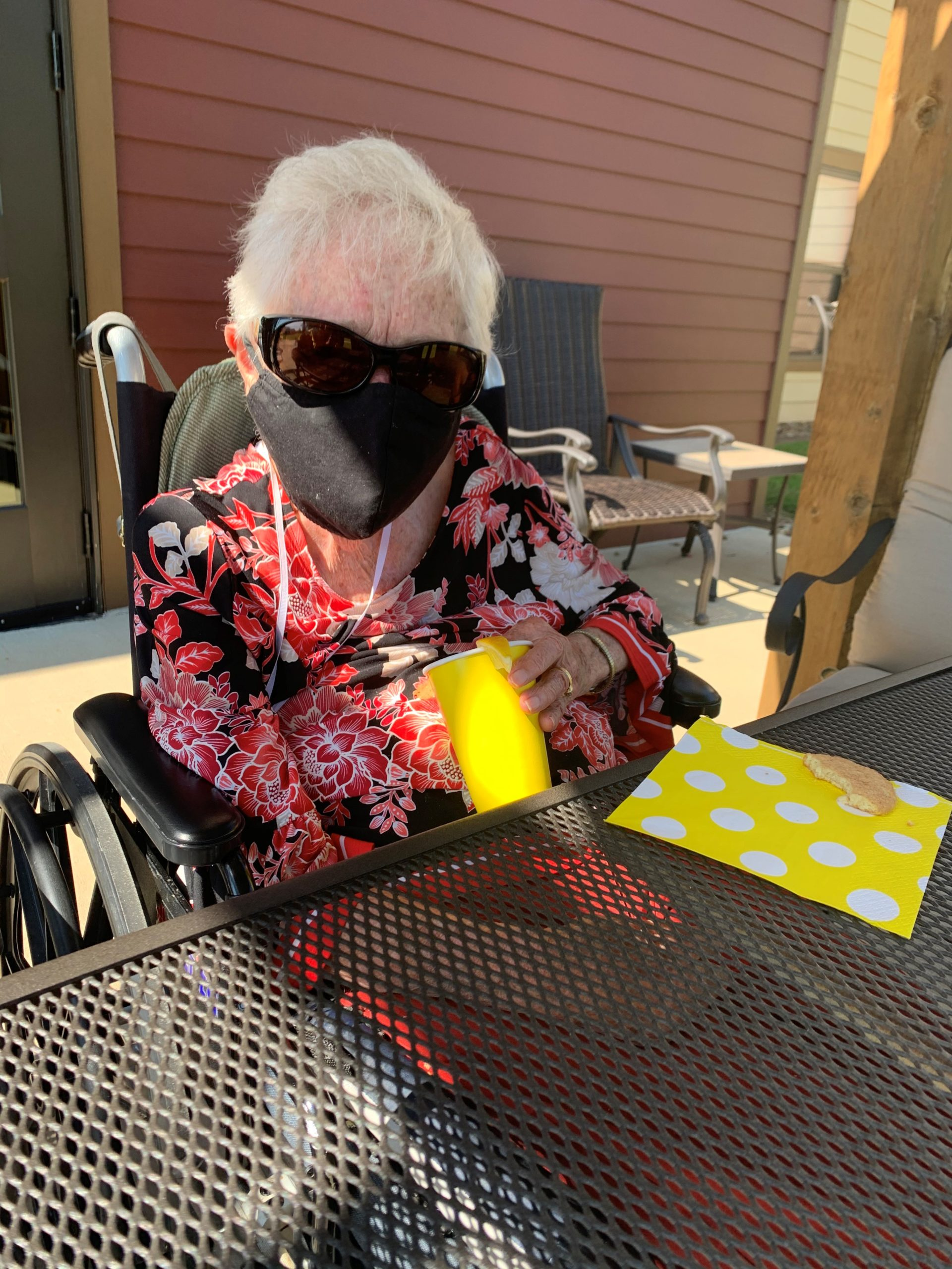 Harriet is visited by a weekly surprise cart that had a Sunshine Theme! Residents were treated to Lemonade Frostys, Fresh Pineapple, Lemon Cake, Snickerdoodle Cookies, and Fun Sunshine Songs!